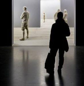 """Nelle foto, in alto, l'opera """"Inner Outside"""" di Antonio Sannino e, in basso, """"The Exhibition"""" di Peter Demetz, in mostra alla sala """"Romanelli"""" della Reggia di Caserta\ilmondodisuk.com"""