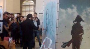 Nelle foto, le tavole originali dell'artista in mostra a Palazzo Reale di Napoli (piazza del Plebiscito, 1) e Fabrizio Fiorentino mentre realizza una tela all'inaugurazione\ ilmondodisuk.com