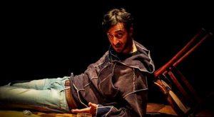 """Nelle foto, in alto, Giovanni Meola. In basso, scena del lavoro """"Panenostro""""\ ilmondodisuk.com"""