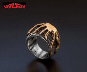 Qui sopra, l'anello Vesuves, in alto la  locandina dell'evento