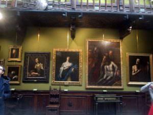 Qui sotra,m capolavori esposti nel Museo Filangieri. In alto, l'esterno della struttura con il portone restaurato
