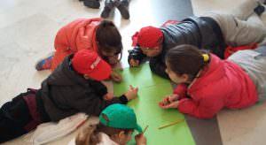Nelle foto, i ragazzi si preparano alla mostra finale guidati da Luigi Filadoro nella prestigiosa Collezione Farnese del Museo Archeologico Nazionale di Napoli\ ilmondodisuk.com
