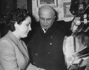 Qui sopra, Bruna Catalano Gaeta con il padre E.A. Mario. In alto, dopo un concerto