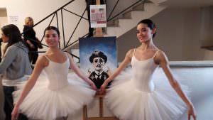 """Qui sopra, le due gemelle De Masi accanto all'opera di petrone, 'O schiattamuorto. Ina ltro, le barchette colorate dei bambini del circolo didattico di Barra davanti a """"Creator Vesevo"""""""
