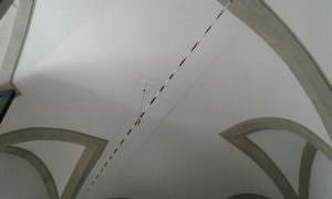 Qui sopra, l'installazione di Scolavino al Pan. In alto, il pacifco sit-in con il sindaco nella pancia della balena immaginaria