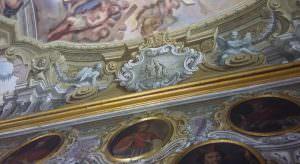 In foto, gli affreschi di Paolo De Matteis raffiguranti membri eminenti della confraternita nella sagrestia della cappella\ ilmondodisuk.com