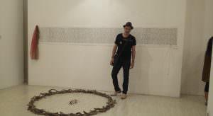 """In foto, l'artista Ulderico con la sua installazione """"L'oro nero"""" nella stanza espositiva del I piano di Castel dell'Ovo \ilmondodisuk.com"""