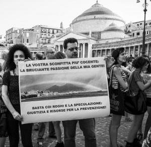 Qui sopra, i manifestanti mostrano l'immagine del Vesuvio con la loro protesta. In alto, un momento del corteo (ph di Renato Aiello)
