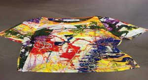 Nelle foto, in alto l'opera che dà il titolo alla mostra, Energia Positiva; al centro, un assaggio della collezione abiti, scarpe e gioielli ispirati alle opere dell'artista\ ilmondodisuk.com