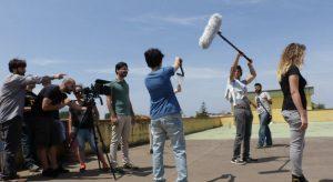 Nelle foto, in alto, la locandina, al centro giovani aspiranti protagonisti del cinema e in basso uno scorcio della mostra fotografica\ ilmondodisuk.com