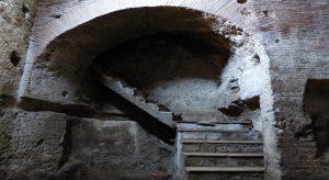 In foto, gli spazi suggestivi dell'Acquedotto Augusteo del Serino, in via Arena della Sanità 5 e, in basso, l'invito all'evento\ ilmondodisuk.com