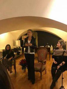 In foto, in alto, la copertina del libro, in basso, un momento della presentazione nella galleria Mediterranea di via Carlo De Cesare con Viola Ardone e Carmen Femiano\ ilmondodisuk.com