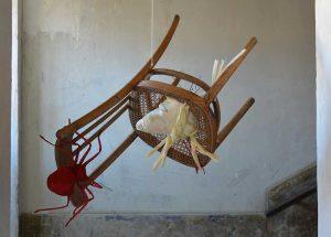 Qui sopra, l'installazione di Gerardo Di Fiore. In alto, visita didattica al Plart