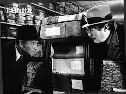 """Qui sopra, Mastroianni e Lemmon all'archivio stroivio del Banco di napoli in una scena del film """"Maccheroni"""". In alto, Marrama con Nappi"""