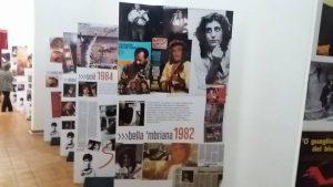 """Qui sopra, uno scorcio della mostra dedicata a Pino Daniele. In alto, la """"porta turistica"""" di Forcella"""