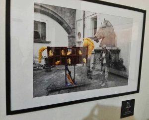 Qui sopra, la foto dedicata all'opera di Gerardo Di Fiore. In alto, un momento del'inaugurazione