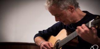 Nella foto di Angelo Orefice, l'attore e chitarrista napoletano Pierluigi Cuomo\ilmondodisuk.com