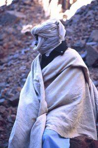 Sopra, Tuareg del deserto del Tassili. In alto, raccoglitrice di sale in Senegal fotografati da Mimmo Ramires