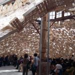 """Installazione site-specific """"The Shower"""", dell'artista giapponese Tadashi Kawamata, all'interno del chiostro del '500 e alcuni momenti del talk sul tema """"Arte e sviluppo"""" tenutosi sabato 13 maggio\ ilmondodisuk.com"""