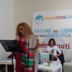 Francesca Rondinella mentre legge alcuni brani tratti dal libro\ ilmondodisuk.com