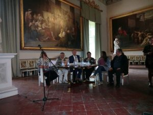 Qui sopra, un moneto della conferenza stampa a Capodimonte con il direttore Bellenger, Barra, Giglio, Colasurdo. In alto, i cantori di carpino, protagonisti del concerto di domani, alle 22