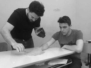 Qui sopra, Leperino con uno studente durante il workshop. In late le due sculture permanenti al Vico