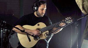 In foto, il chitarrista Sebastiano Esposito durante una performance\ ilmondodisuk.com