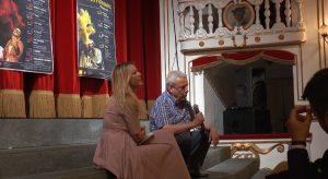 In foto, in alto, il cartellone; qui sopra Lara Sansone e Benedetto Casillo\ ilmondodisuk.com
