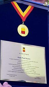 Qui sopra , la targa e la medaglia consegnate al console Seytre. Al centro e in alto, alcuni momenti della festa fotografati da Valerie Agnes Michele Paillard