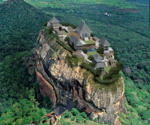In alto, la roccia di Sigirya. Qui sopra, la ricostruzione virtuale