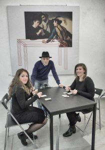 Nelle foto di Gianluigi Gargiulo, due momenti della performance con Peppe Pappa (qui sopra) e le protagoniste Annapaola Di Maio e Anna Mele (capelli lungi e mossi)\ilmondodisuk.com