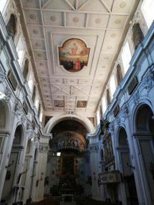 Qui sopra, la chiesa di san Biagio di Aversa; in alto, particolare del palazzo della Borsa di Napoli