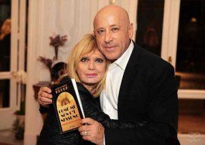 """Qui sopra, Anton Emilio Korgh, con Rita pavone, mostra la copertina del suo primo kibro. In alto, una scena del film """"Puoi baciare lo sposo"""""""