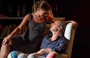 """Qui sopra, una scena di """"Piccoli crimini coniugali"""". In alto, Fausta Vetere. Foto di Cesare Abbate"""