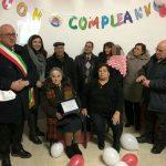 Consegna della targa con il sindaco Romano Gregorioe l'assessore Feliciana Angione (sciarpa grigia) \ ilmondodisuk.com