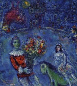 Qui sopra, il dipinto Il gallo viola che è stato scelto come immagine copertina della mostra partenopea ©Chagall. In alto, un'aimmagine di Chagall che campeggia nella basilica