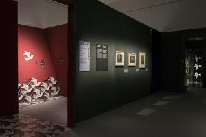 La mostra fotografata da Tommaso Vitiello per Arthemisia . In alto, un'altra opera di Escher