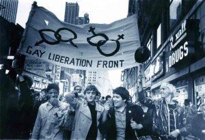 Qui sopra, manifestazione dopo i moti dello Stonewall