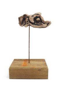 Qui sopra, la scultura di Nogughi. In alto, l'angelo di Andrea Vaccaro