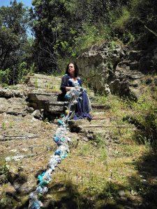 Qui sorpa l'artista a Cuma, in alto, il fiume di rose