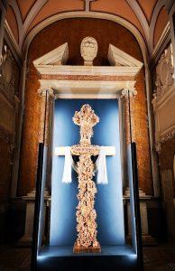 Qui sopra, la croce dello scultore campano. In alto, un dettaglio