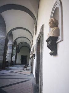 Il busto di Eleonora Pimentel Fonseca nel loggiato della bibloteca