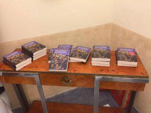 Qui sopra, copie del libro di Piero Carlomagno. In alto, l'incontro alla Fondazione Premio Napoli