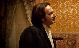Qui sopra, Wilde interpretato da Roberto Azzurro. In alto, la rassegna Dissonanzen