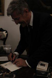 Qui sopra e in alto, Raffaele Messina e le copie del suo libro