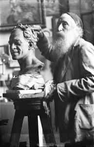 L'artista modella il busto di Raffaele Viviani
