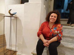 Qui sopra, Giovanna Donnarumma. In basso, Gennaro Ippolito. Nella apgina, alcune opere in mostra