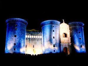 Qui sopra, il Maschio Angioino illuminato di blu. In alto, assistenza a un paziente affetto da diabete
