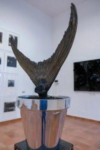 """Qui sopra, particolare dell'opera di Laura Niola """"Rinascita"""". Inalto, In alto, """"l'incredulità di San Tommaso, dipinta da Caravaggio e custodita Nella Bilder Galerie di Potsdam in Germania"""