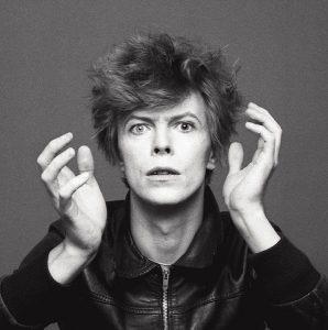 Qui sopra e un alto, David Bowie immortalato da Sukita